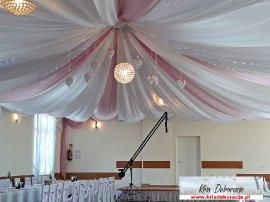 dekoracja sali w kolorze róż pudrowy i biel